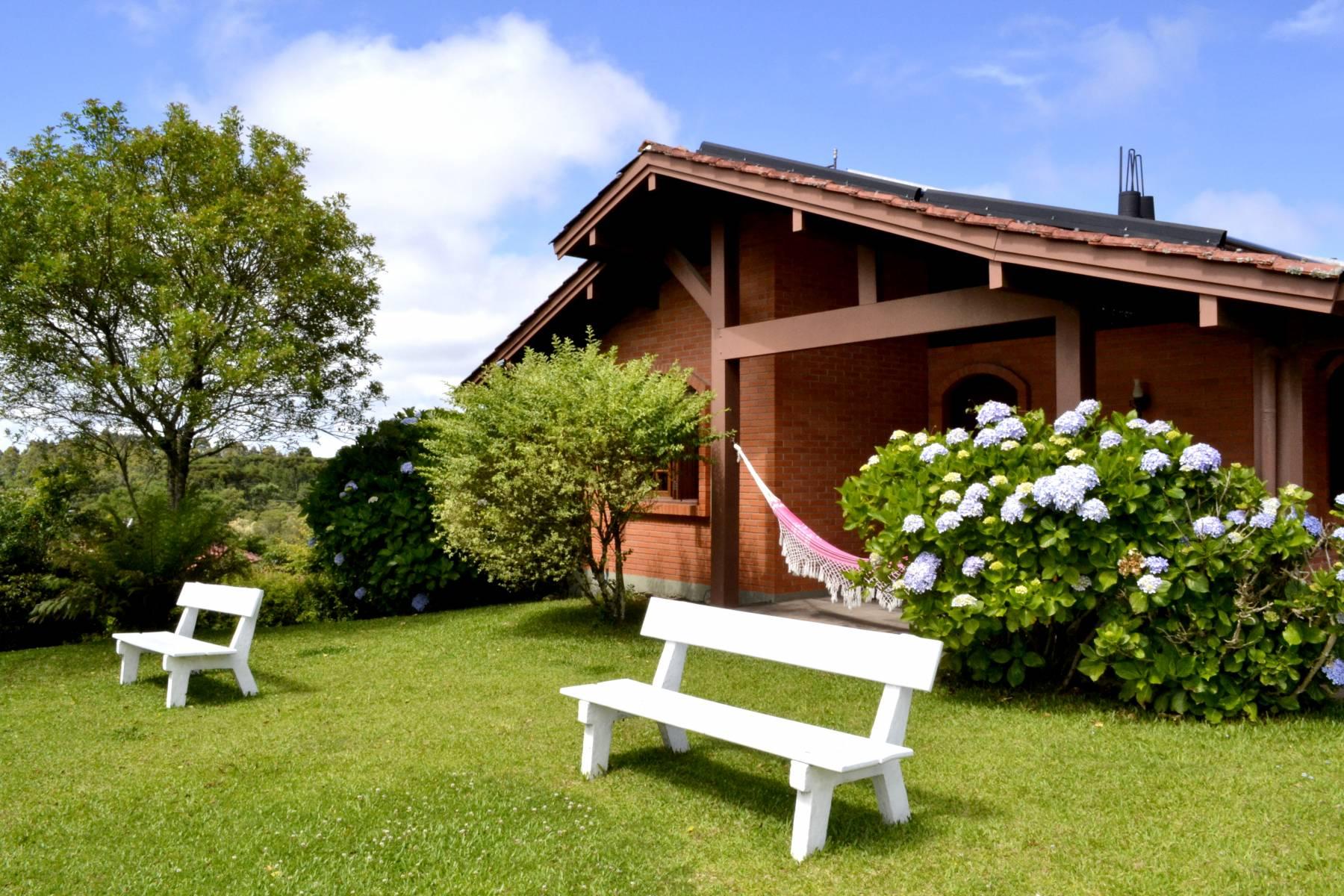 Bangalô Araucária - Acomodações do Hotel Bangalôs da Serra em Gramado #CurtaSuaFamilia #HotelSustentavel #TurismoVerde #TravelersChoice #EcoLider #Gramado #SerraGaucha