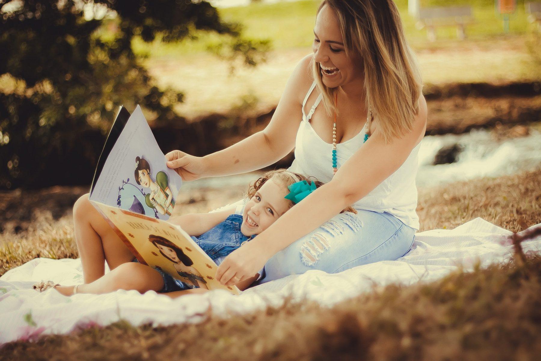 Mae e Filha lendo livro