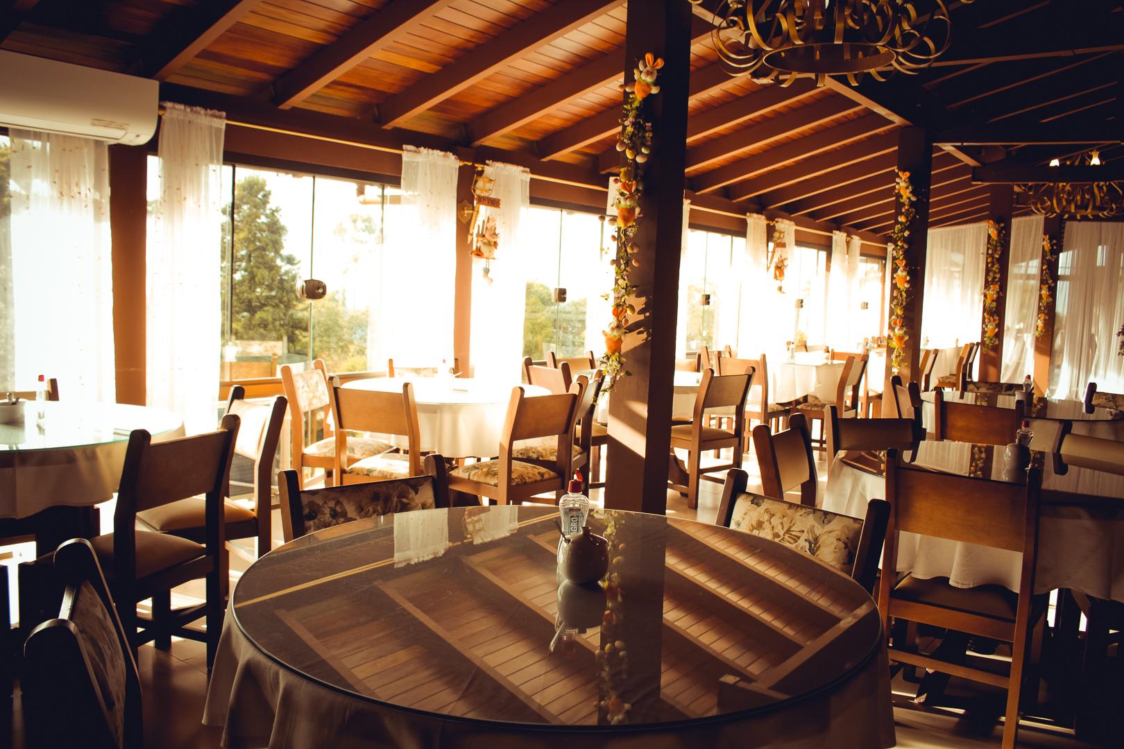 Restaurante e Café da Manhã no Hotel Bangalôs da Serra em Gramado - Natassia Truz Moraes na Serra Gaúcha
