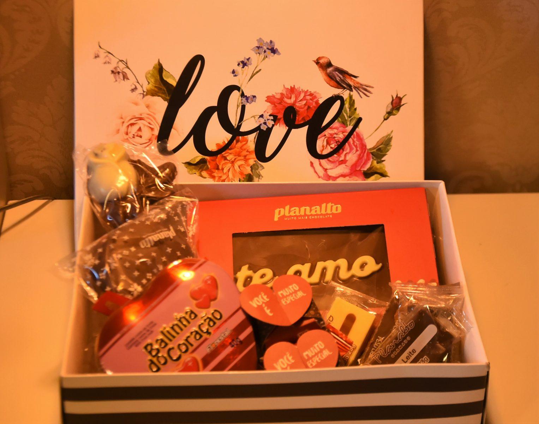 Caixa Love com chocolates - Casal no Hotel Bangalôs da Serra de Gramado na Serra Gaúcha