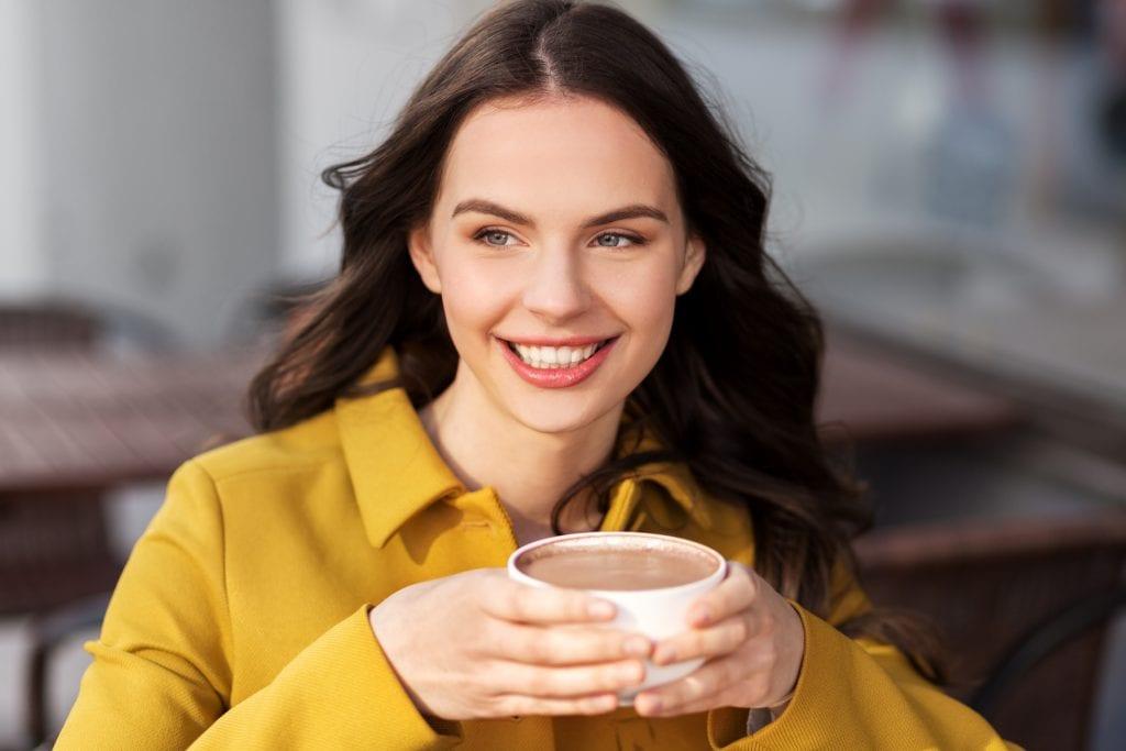 Mulher tomando chocolate quente - Serra Gaúcha