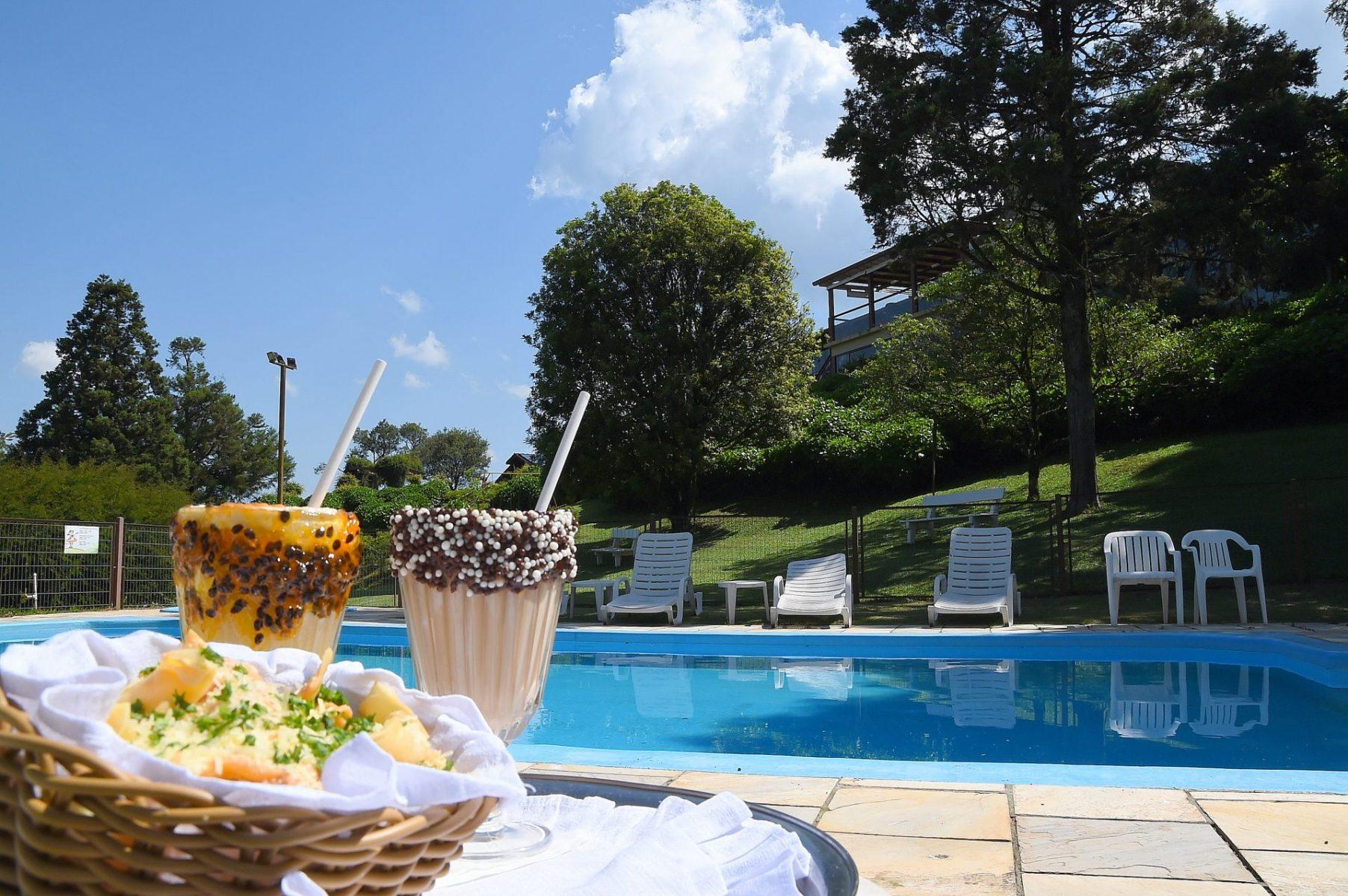 Piscina no Hotel Bangalos da Serra de Gramado